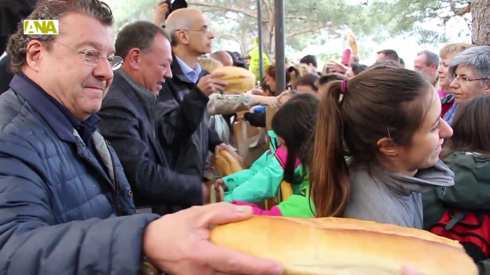 Canòlich reparteix més de 6.000 pans beneïts
