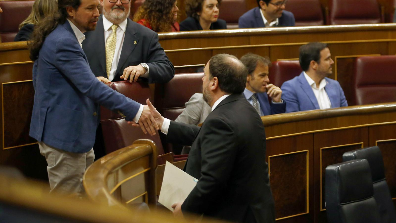 FOTOGALERIA: Petons, encaixades de mans i samarretes: la sessió constitutiva del Congrés i el Senat en fotos