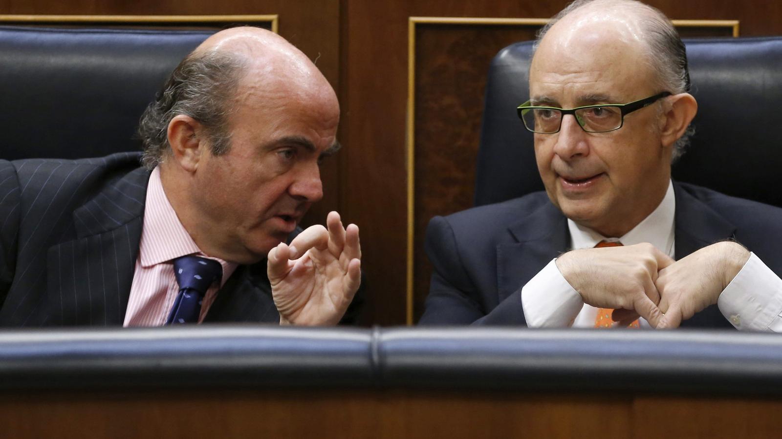DUET ECONÒMIC   El ministre d'Economia, Luis de Guindos, i el d'Hisenda, Cristóbal Montoro, durant una sessió al Congrés de Diputats.
