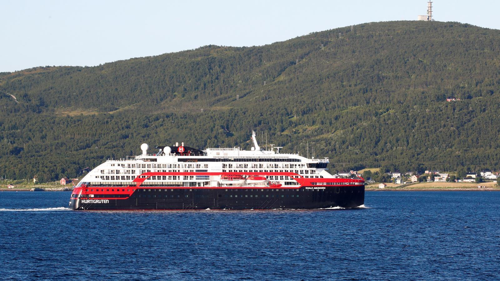 El creuer en què s'han registrat diversos positius de covid-19 mentre abandona el port de Tromso, a Noruega.