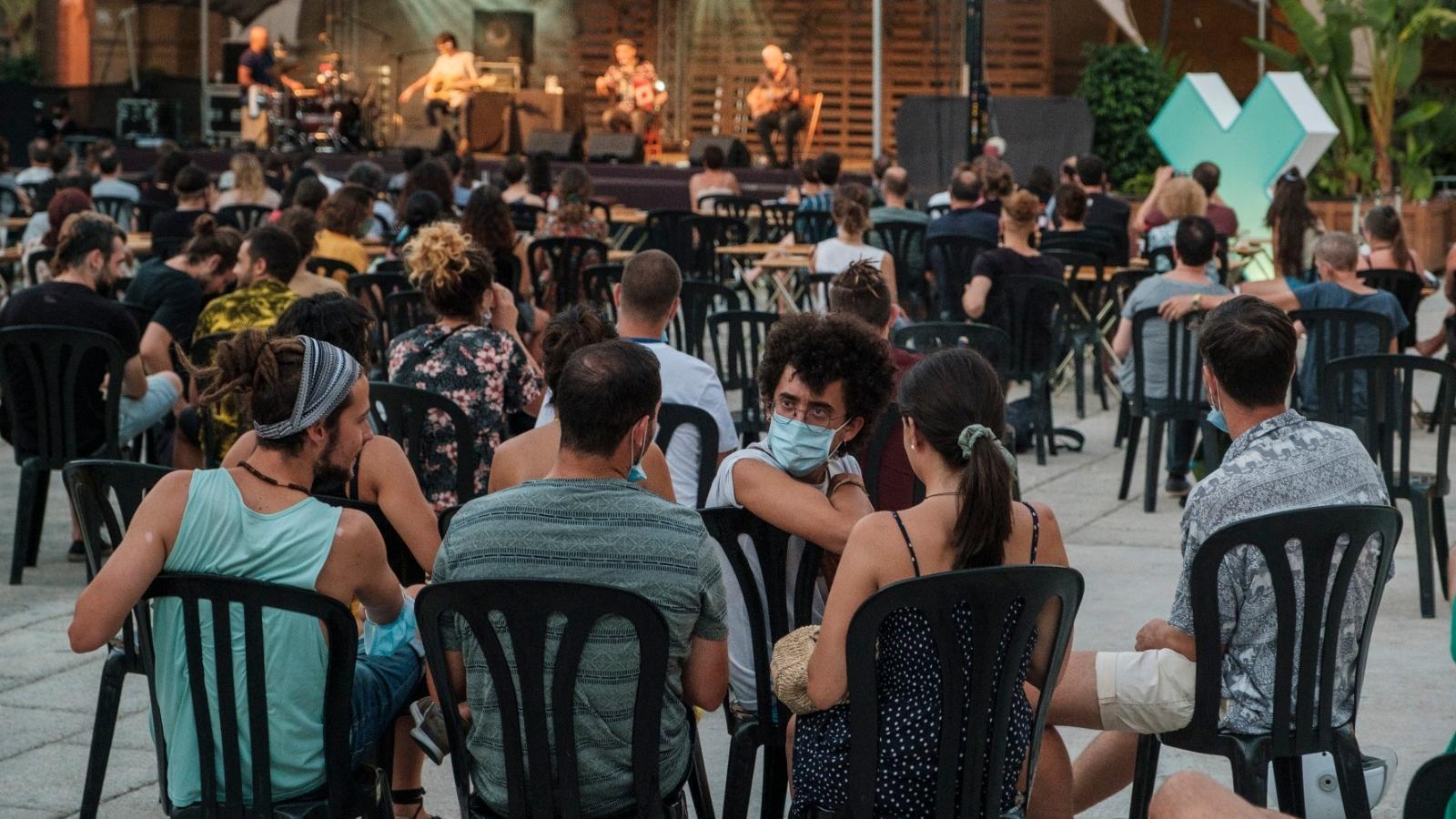 El públic de Joan Garriga i el Mariatxi Galàctic al Poble Espanyol.