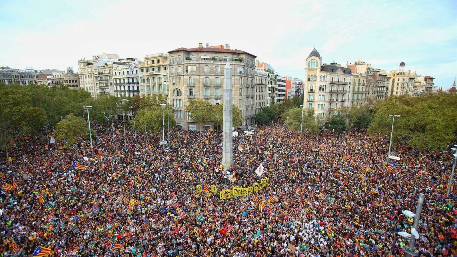 Centenars de milers de persones desborden Barcelona contra la sentència del Procés