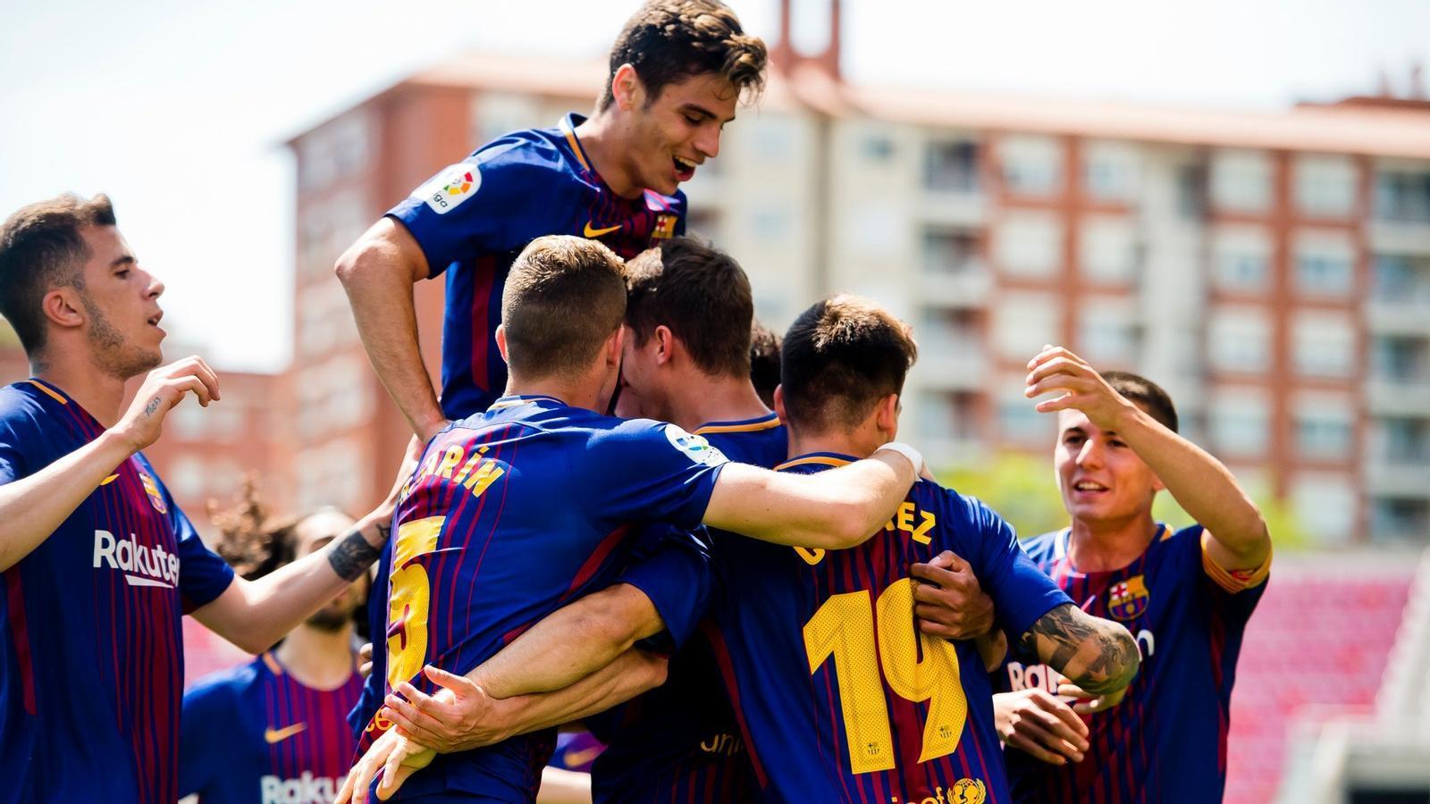 Els jugadors del Barça B celebren un dels tres gols que han aconseguit contra el Cadis al Miniestadi