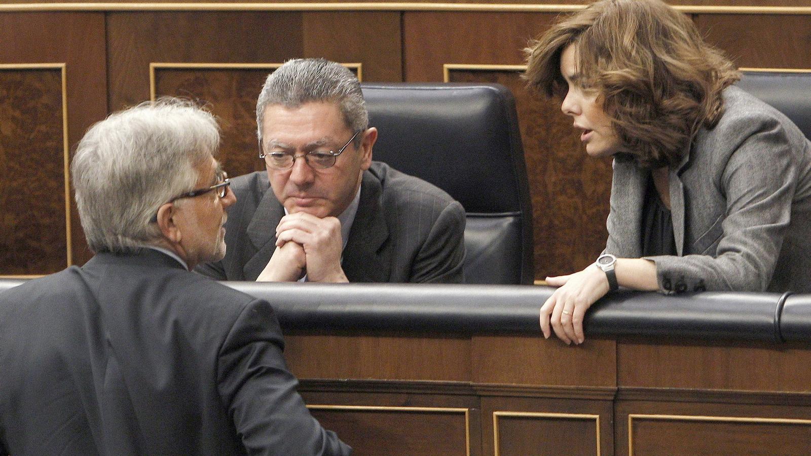 """LA LEGISLATURA COMENÇA AMB UN ACORD PP-CIU  Mariano Rajoy ha aconseguit aprovar la seva primera gran mesura econòmica, el pla per reduir el dèficit públic, amb el suport dels diputats de CiU. La Moncloa assegura que la majoria absoluta no ha d'invalidar la manca de """"complicitats"""" amb els altres grups polítics. Els nacionalistes van justificar el vot afirmatiu per """"coherència política""""."""