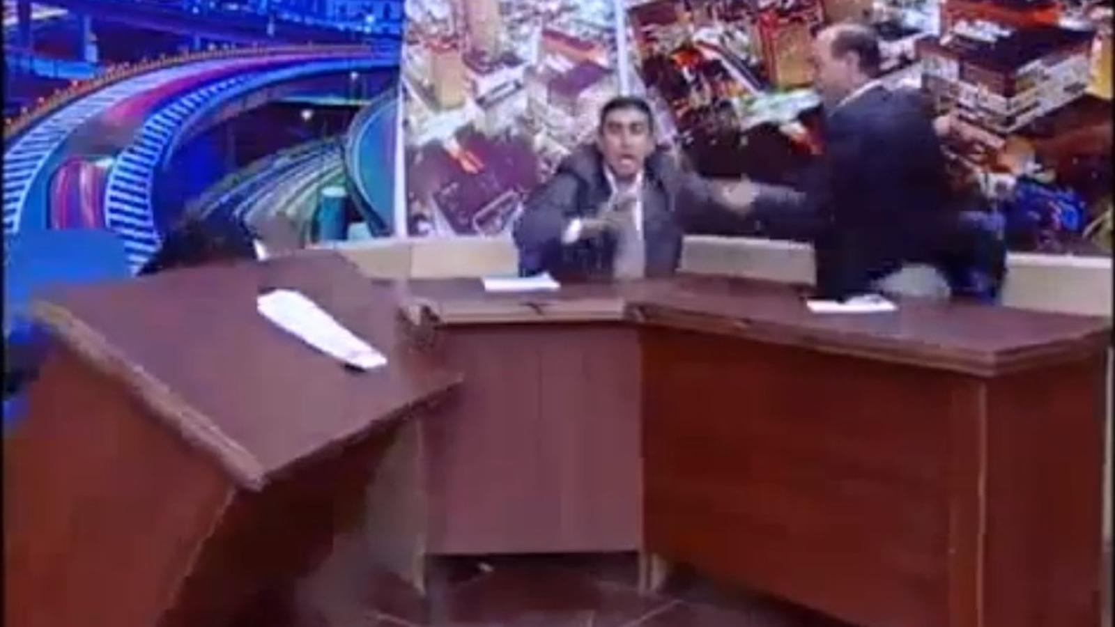 Un diputat jordà treu una pistola contra un activista en un programa de televisió