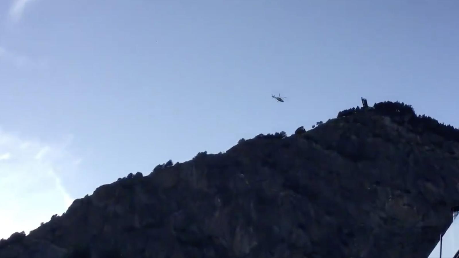 L'helicopter apropant-se a la zona on es trobaven les dos excursionistes. / ARA ANDORRA