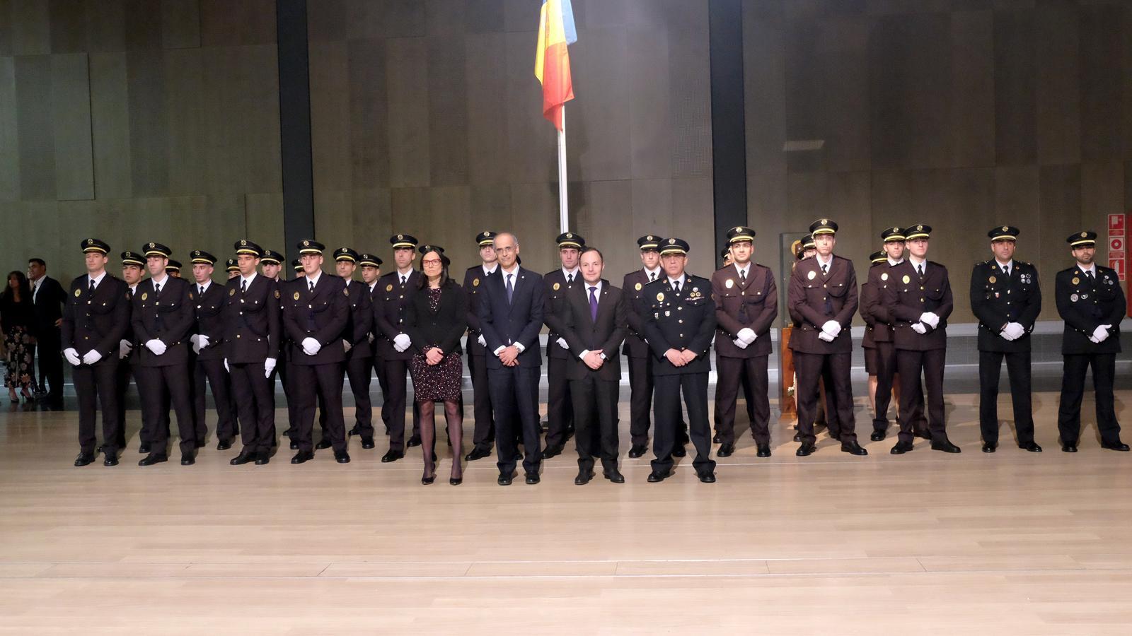 Foto oficial de l'acte de jurament dels 33 nous agents de policia. / M.T. (ANA)