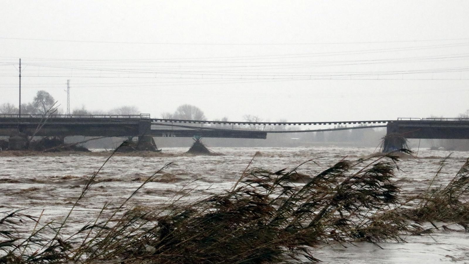 Pont d'en Pitxota partit per la meitat per la crescuda del riu Tordera