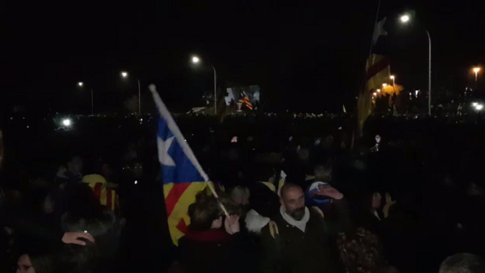 Milers de persones tallen l'AP-7 a l'alçada de la sortida Girona Oest