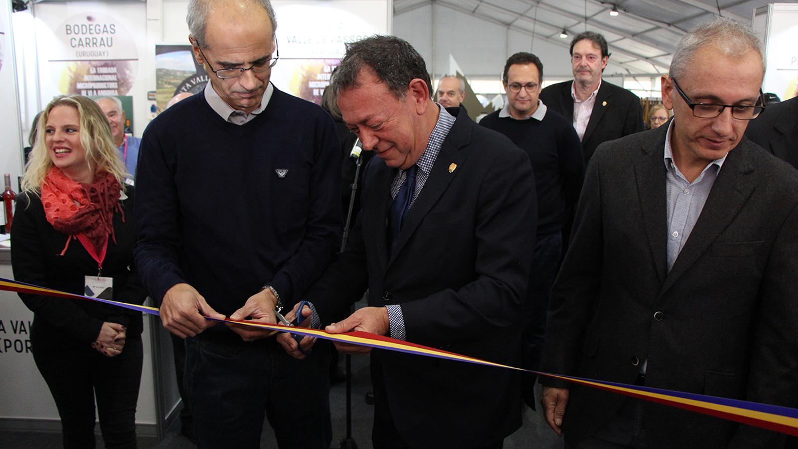 El cònsol major, Josep Miquel Vila, i el cap de Govern, Toni Martí, tallen la cinta inaugural. / M. M. (ANA)