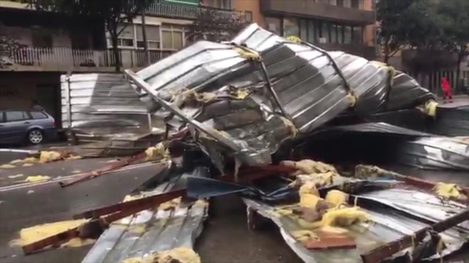Una teulada ha caigut a Granollers aquesta tarda a causa de la tempesta / PEP CASASNOVAS