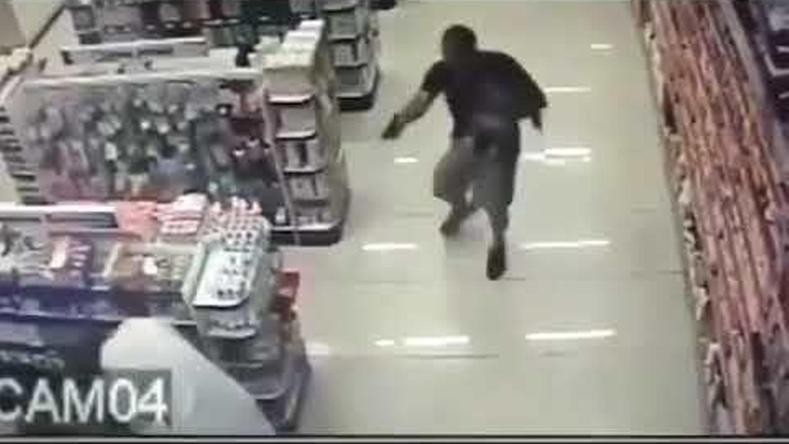 Un policia fora de servei amb el fill a coll dispara contra dos lladres