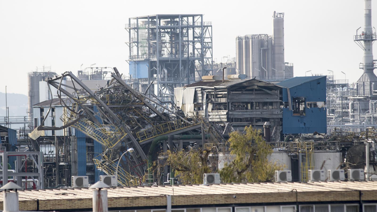 Les instal·lacions d'Iqoxe al polígon petroquímic sud, un cop apagat l'incendi causat per l'explosió.