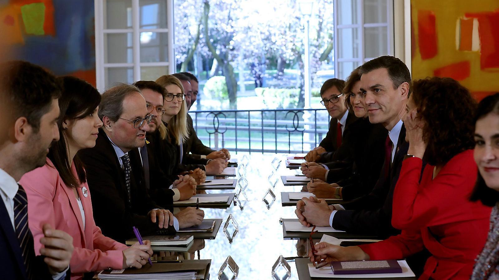 Imatge de la primera reunió de la taula de diàleg entre el govern espanyol i els partits independentistes celebrada el 26 de febrer a la Moncloa.