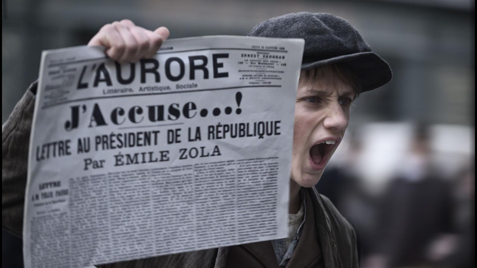 L'article de Zola, 'Jo acuso' al diari 'L'Aurore', en un fotograma del film de Roman Polanski
