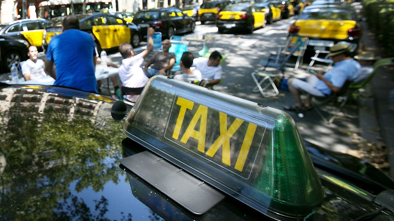 """El taxi dona dues setmanes a Foment per evitar la """"guerra total"""""""