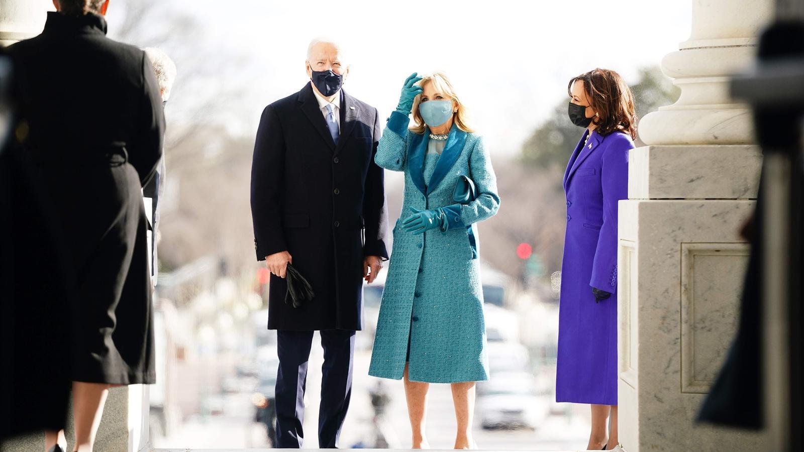 l president electe Joe Biden  i Jill Biden  amb el vicepresident electe Kamala Harris (R) arriben al Front Est del Capitoli dels Estats Units per a la seva cerimònia d'investidura com el 46è President dels Estats Units