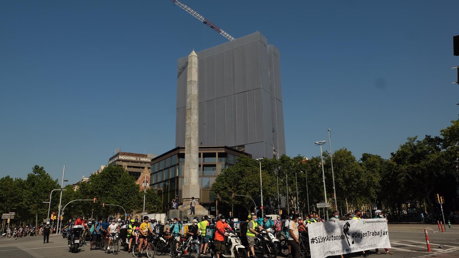 Els manifestants, a la plaça del Cinc d'Oros