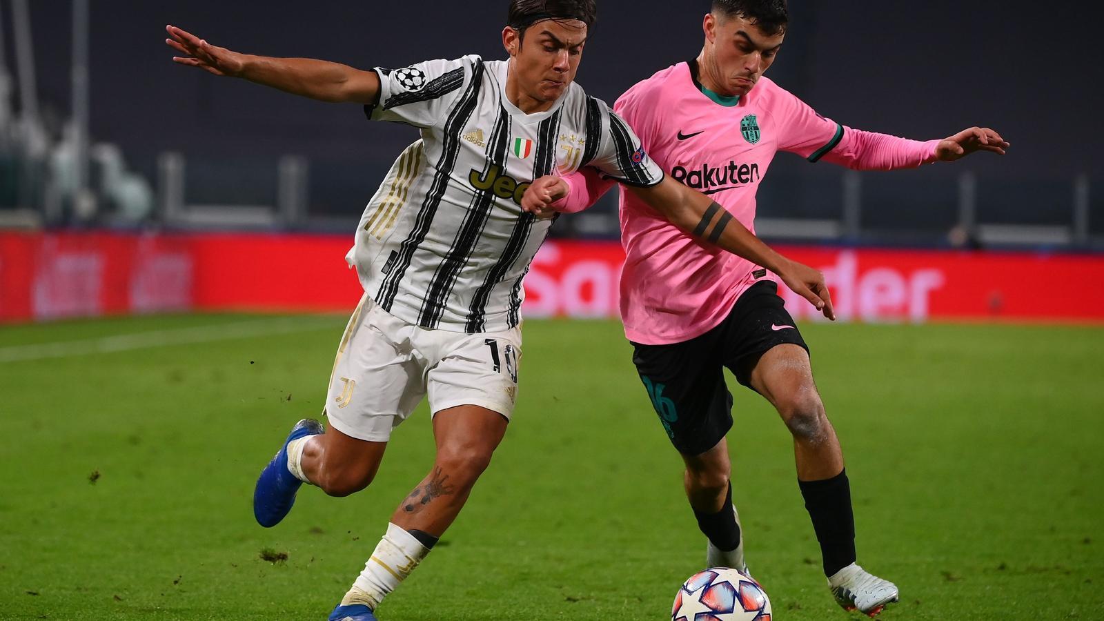 El migcampista del Barça Pedri, lluita per la pilota amb el davanter argentí de la Juventus, Paulo Dybala