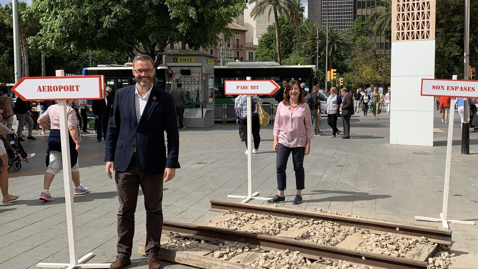 José Hila, Francina Armengol i Catalina Cladera aquest dilluns a la plaça d'Espanya de Palma.