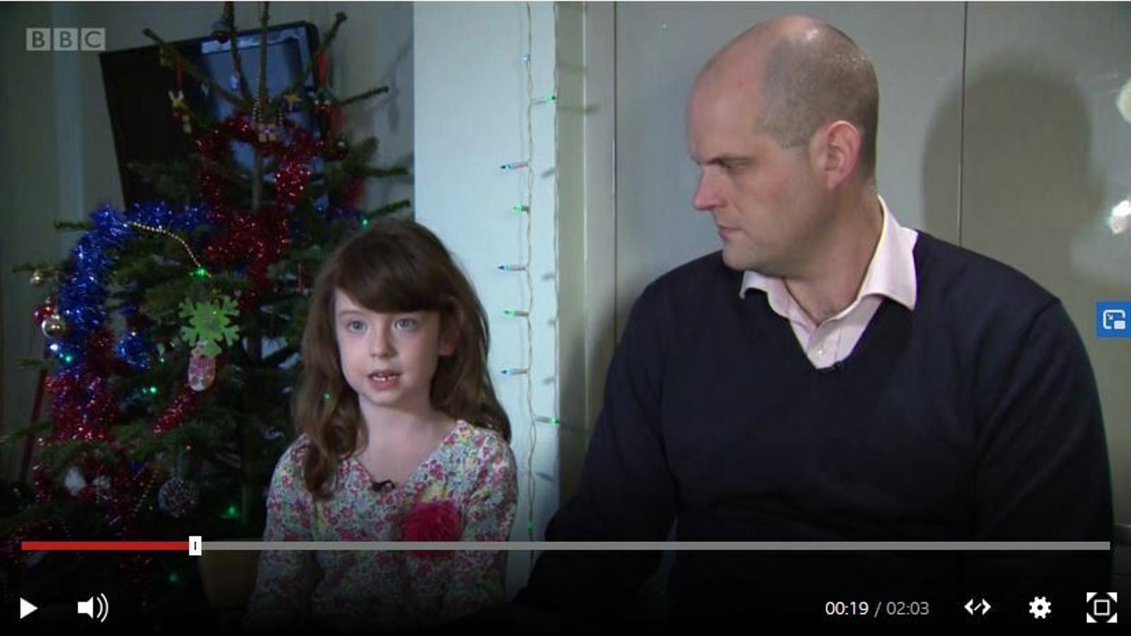Una nena de 6 anys i el seu pare expliquen com van trobar el missatge d'un presoner de la Xina en una postal de Nadal.