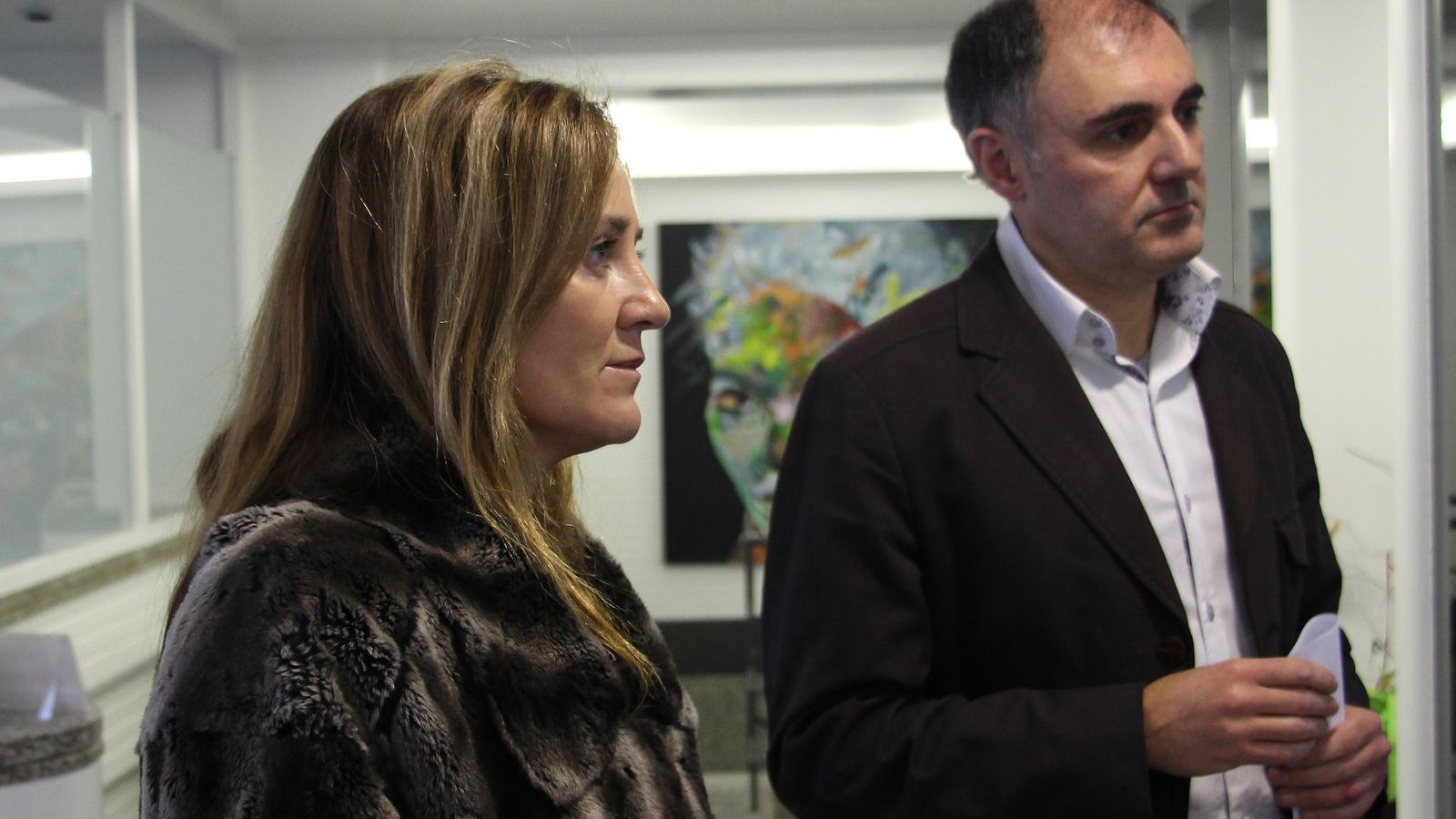 La ministra de Cultura, Joventut i Esports, Olga Gelabert, amb el coordinador de Polítiques de Joventut i Voluntariat, Agustí Pifarré, davant d'una de les obres que ha participat en edicions anteriors al concurs. / M. F. (ANA)
