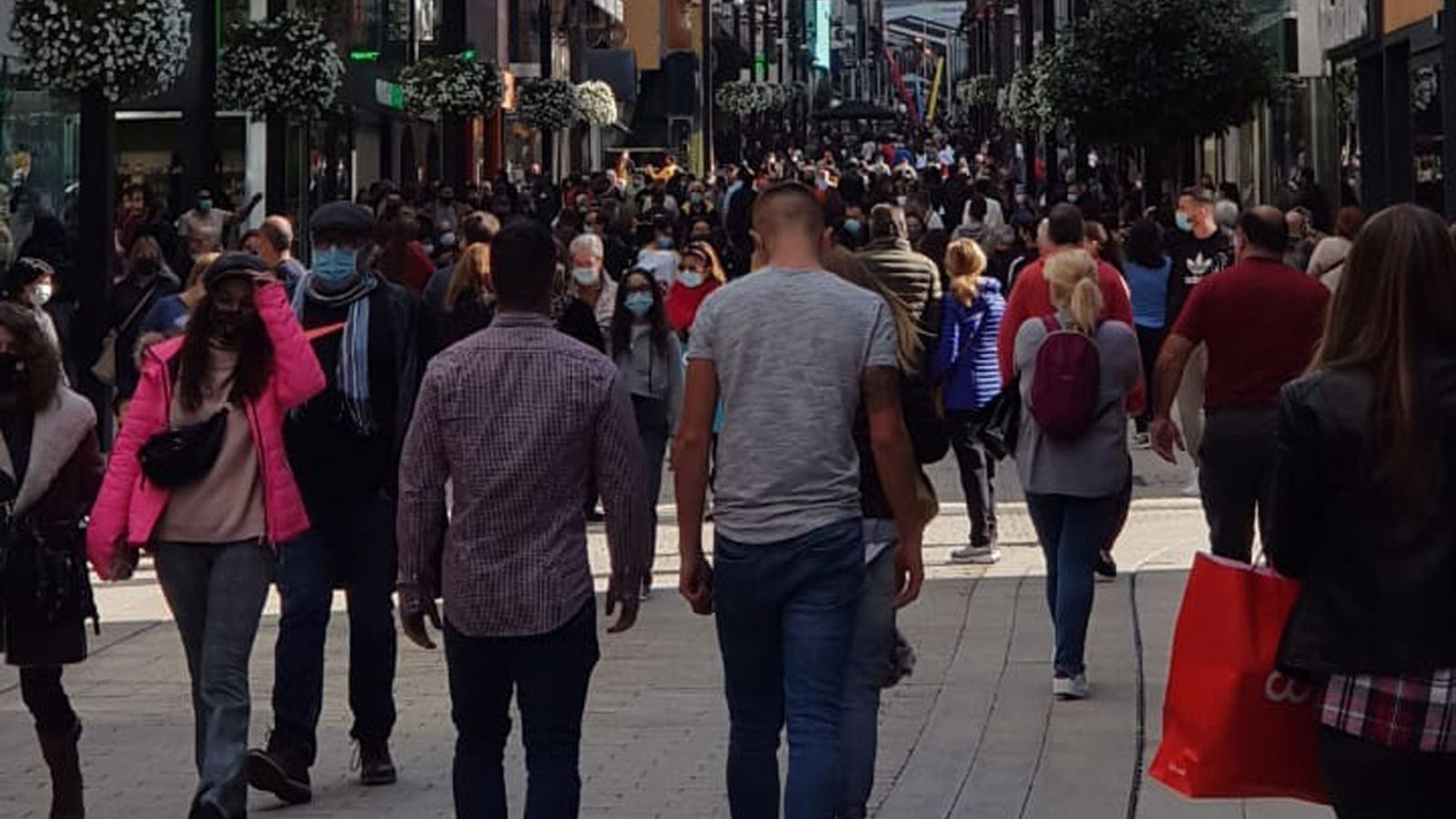 L'avinguda de Meritxell plena de turistes.