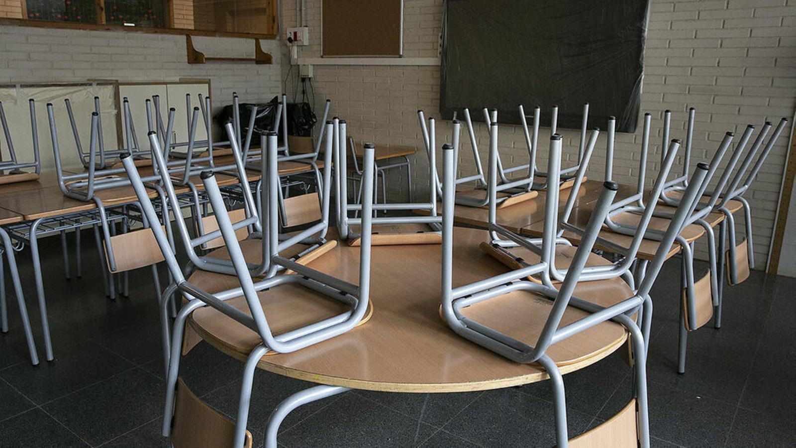 Una aula buida després del fi de curs a l'Escola Drassanes