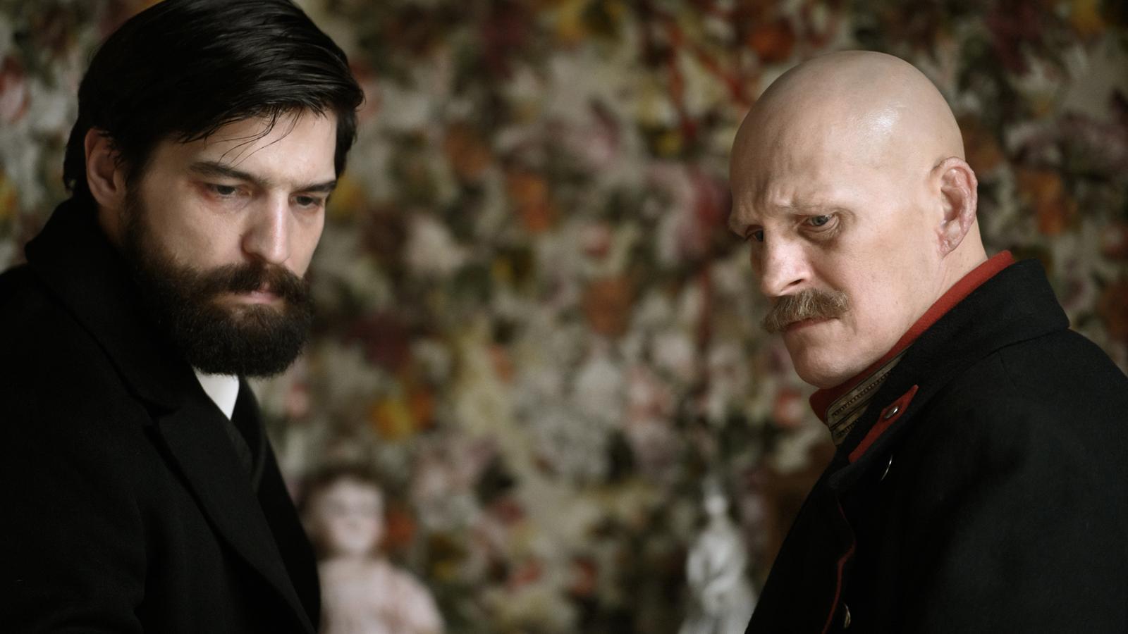 Robert Finster (Freud) i Georg Friedrich (Kiss), a la sèrie 'Freud'