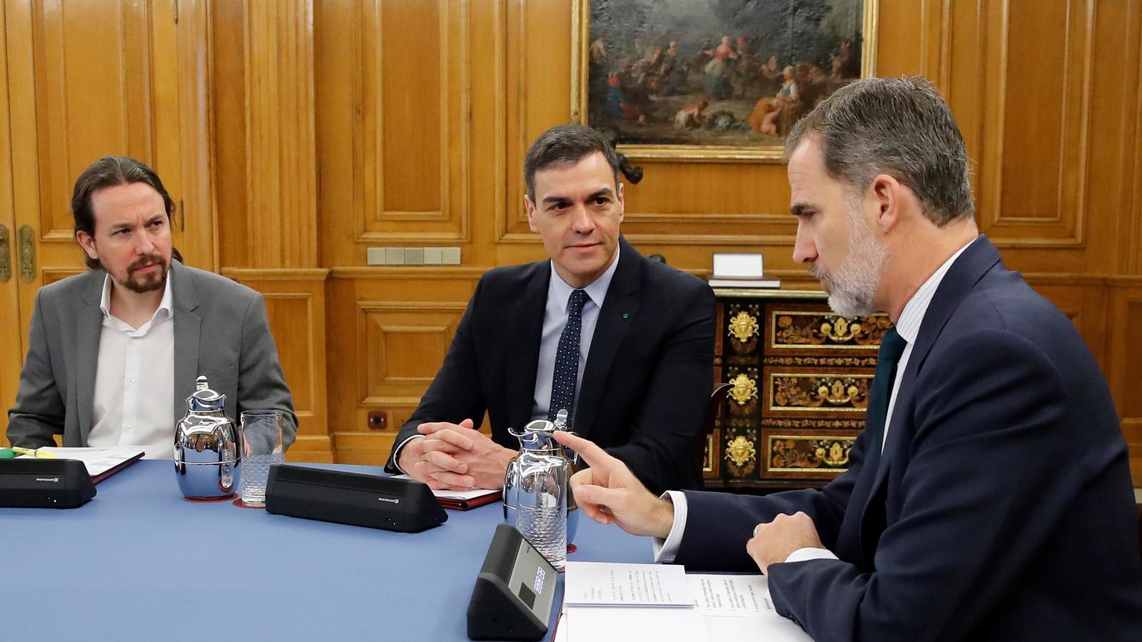 Pablo Iglesias i Pedro Sánchez, durant el consell de ministres, que avui ha presidit protocolariament Felip VI