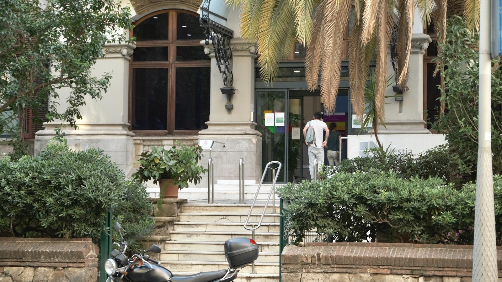 L'entrada al centre, a Barcelona