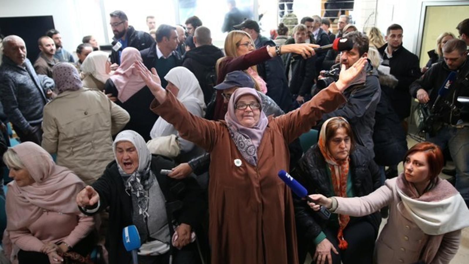Dones víctimes del genocidi ordenat per Mladic celebren el veredicte al Memorial d'Srebrenica.