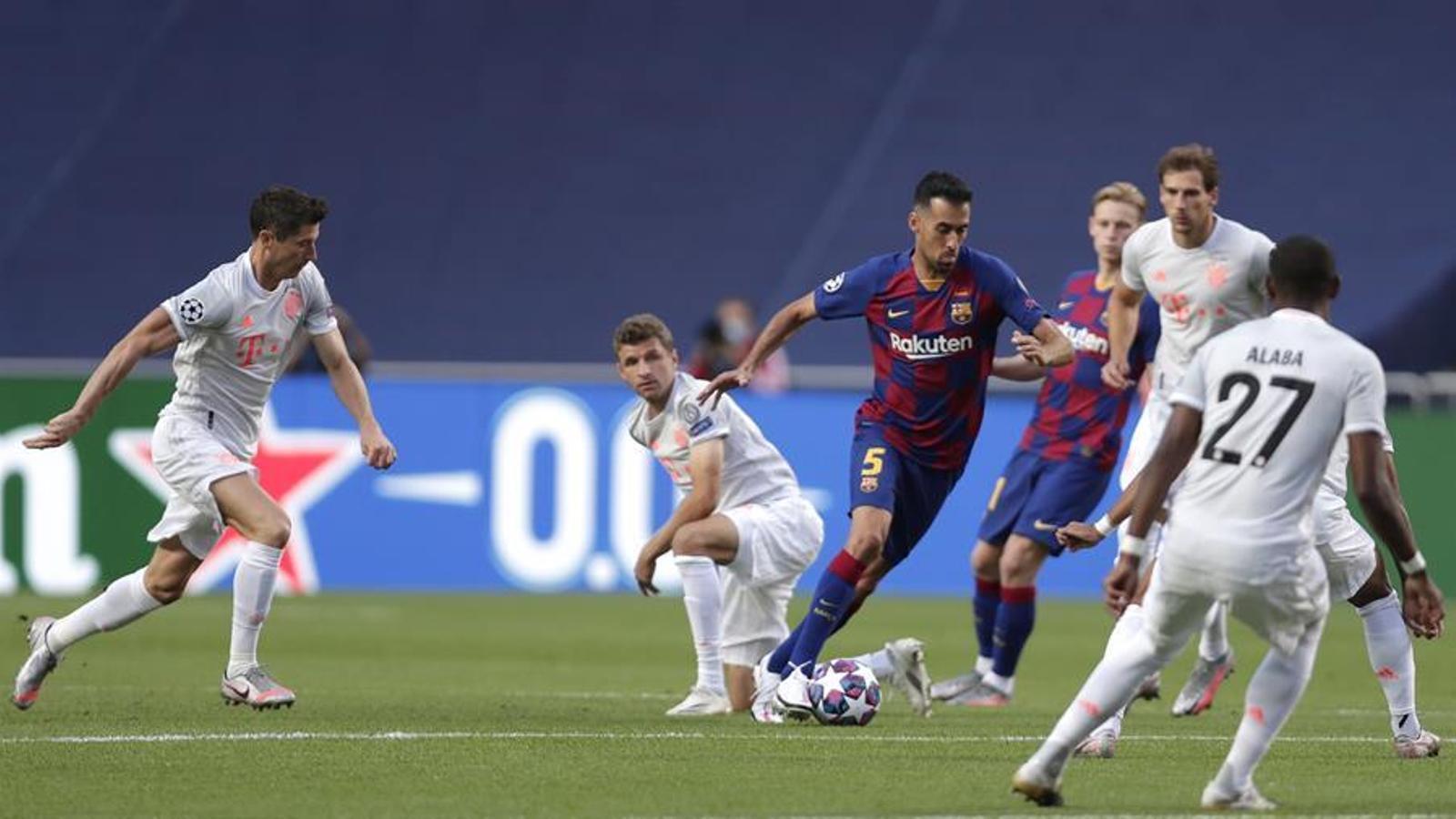 Busquets intenta controlar una pilota contra el Bayern