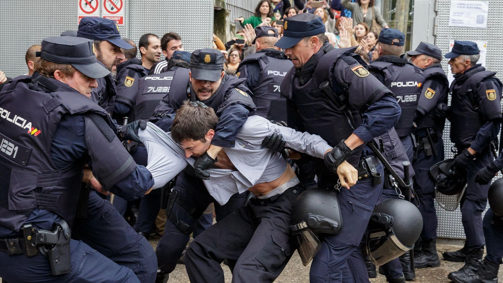 Un policia nacional investigat per l'1-O a Girona diu que els manifestants portaven armes blanques