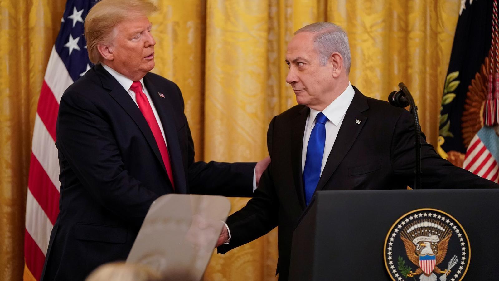 El president dels Estats Units, Donald Trump, dóna la mà al primer ministre israelià, Benjamin Netanyahu, durant una conferència de premsa conjunta
