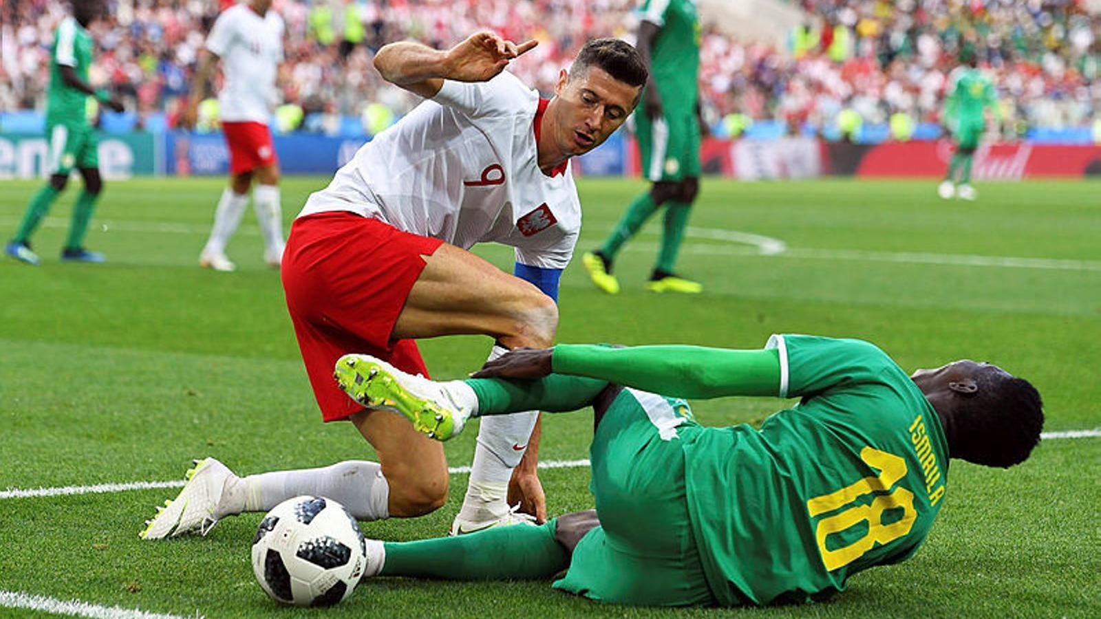 Robert Lewandowski i Ismaila Sarr, en el Polònia-Senegal del Mundial