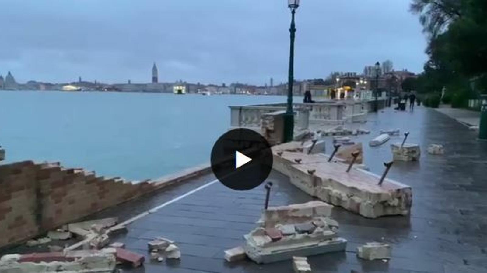 Estralls causats per una gran inundació a Venècia.
