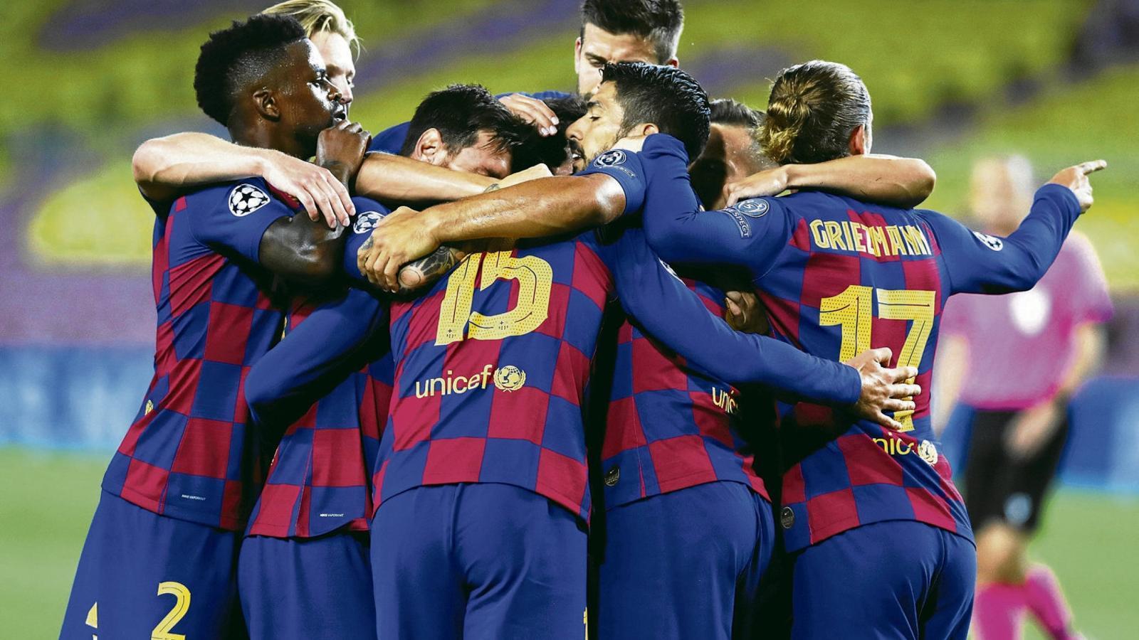 El Barça celebrant un dels tres gols que va marcar dissabte contra el Nàpols en un Camp Nou completament buit.