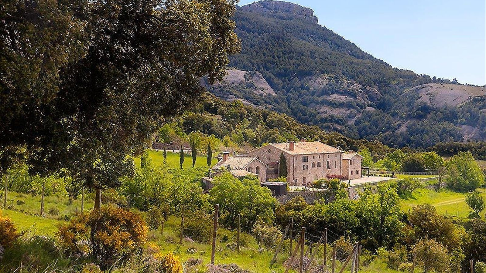Un país per confinar-s'hi Poble Puig Arnau-Pubilló Millor que una  casa rural:  un 'poble' rural!