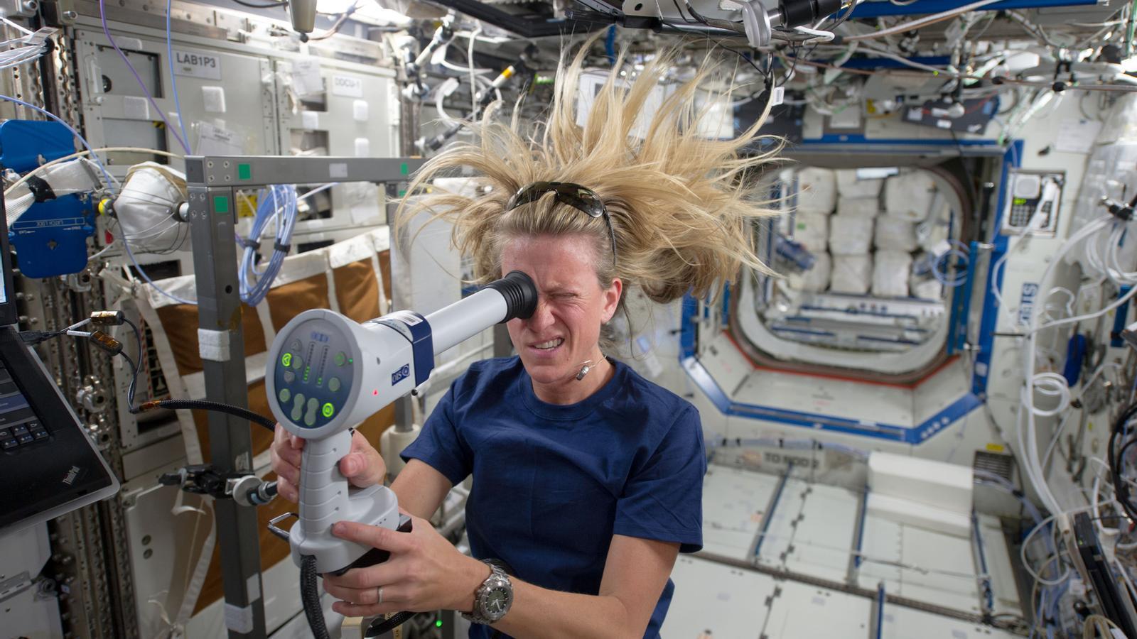 L'astronauta Karen Nyberg s'examina l'ull, que a l'espai ha de suportar una pressió que sovint posa en risc la salut dels astronautes / NASA