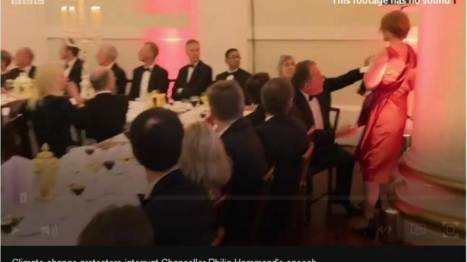 Activistes per l'emergència climàtica expulsades d'un sopar de gala a Londres.