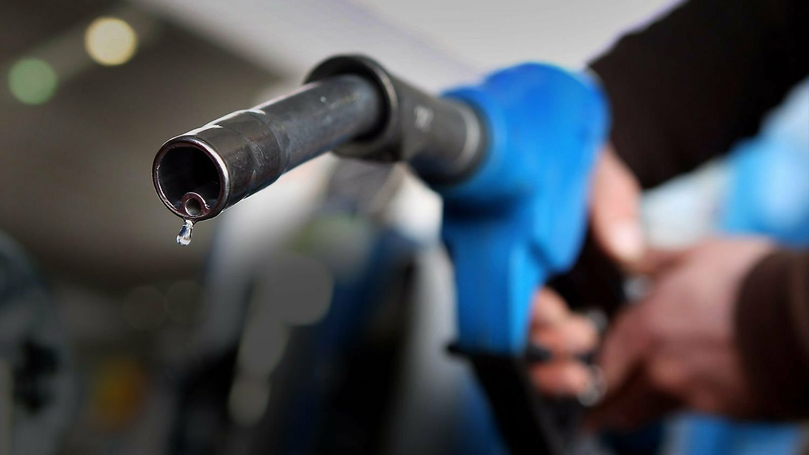 Omplir un dipòsit de benzina costa 8 euros més que el gener
