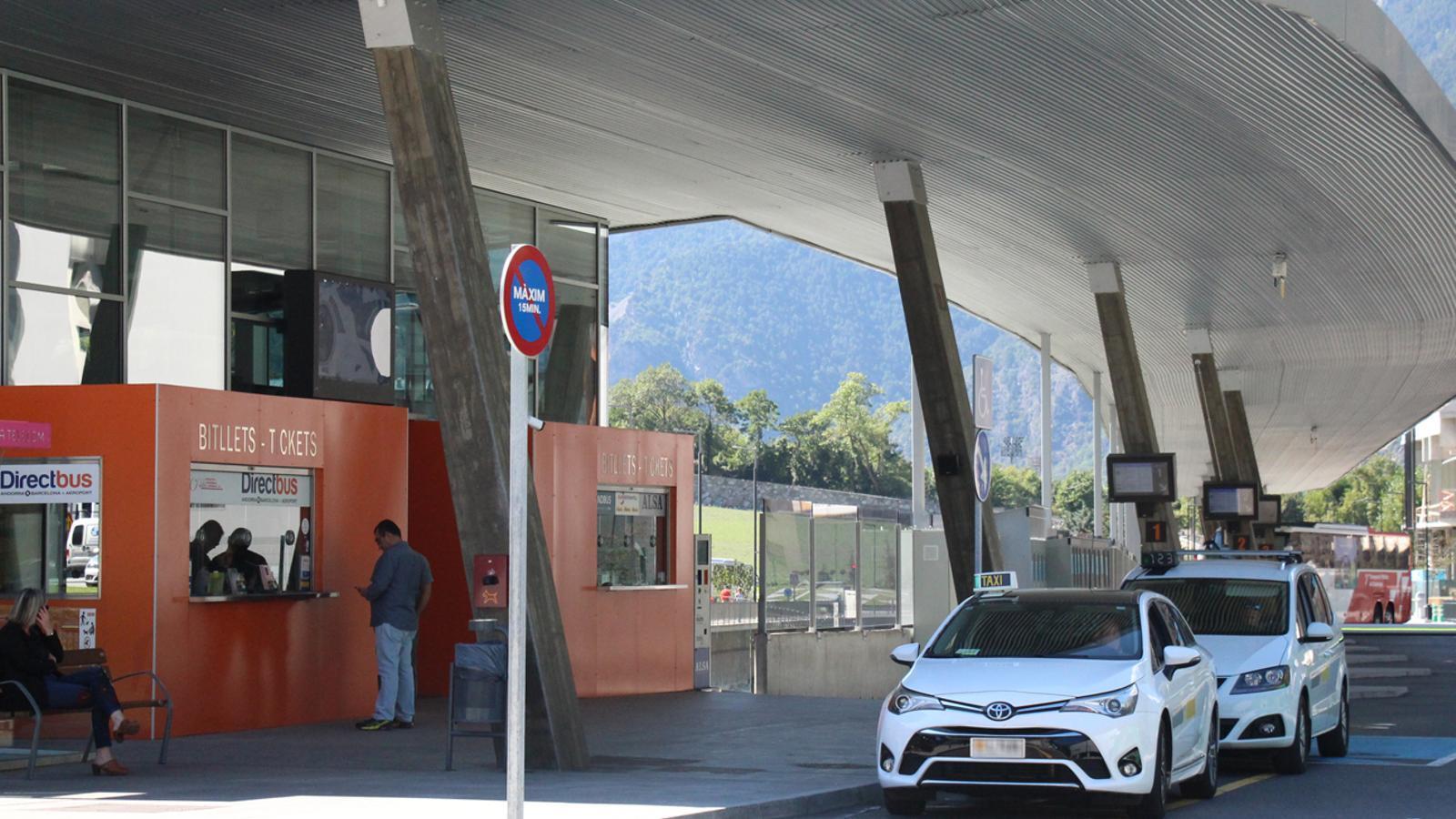 Dos taxis a la parada de l'Estació Nacional d'Autobusos. / ARXIU ANA