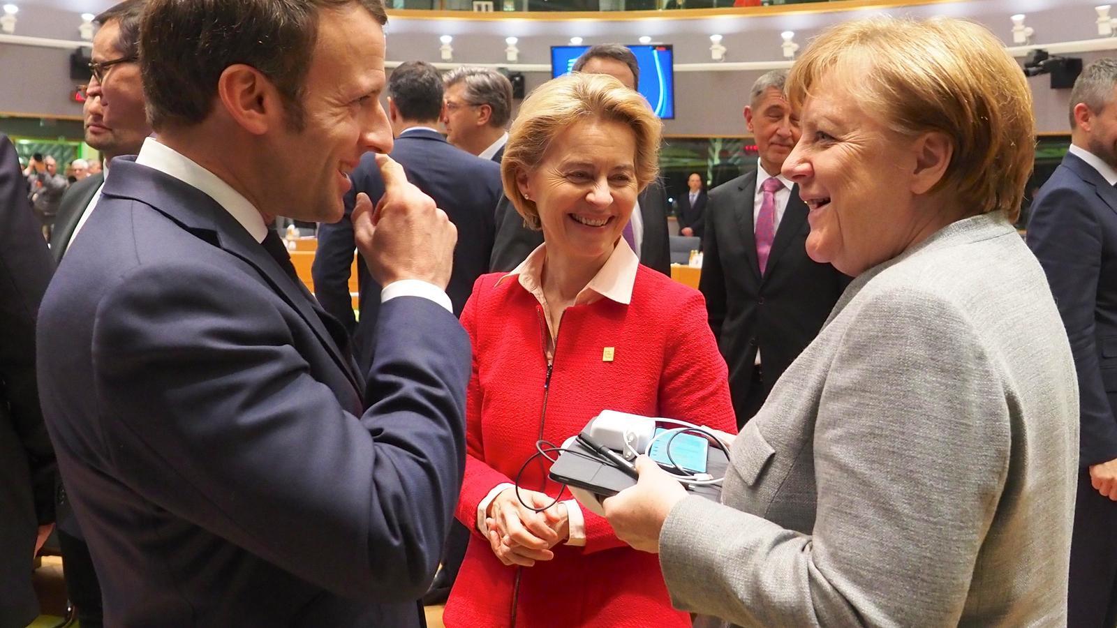 El president francès, Emmanuel Macron, amb la presidenta de la Comissió Europea, Ursula Von der Leyen, i la cancellera alemanya, Angela Merkel.