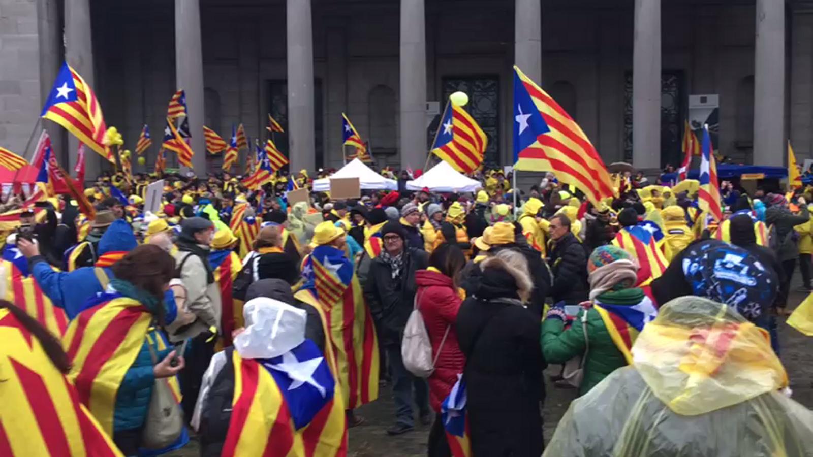 Desenes de catalans canten 'Els Segadors'  i criden independència a Brussel·les