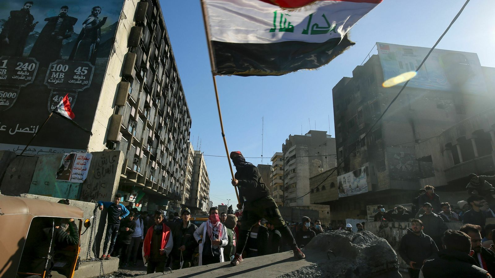 Encaputxats i forces de seguretat ataquen les acampades de protesta dels joves a l'Iraq