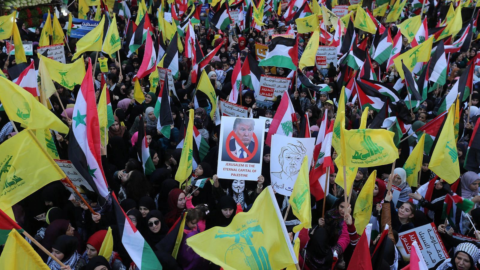 Desenes de milers de persones van sortir ahir als carrers del sud de Beirut, en el feu de Hezbol·lah, en suport als palestins.