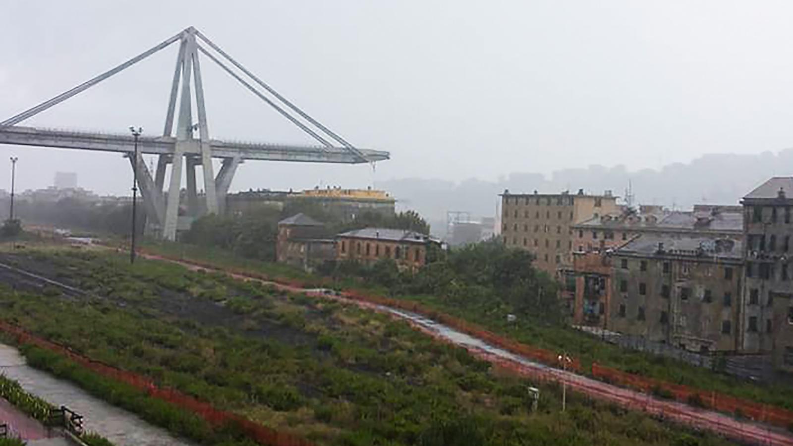 S'enfondra un tram de 100 metres d'un pont d'una autopista a Gènova