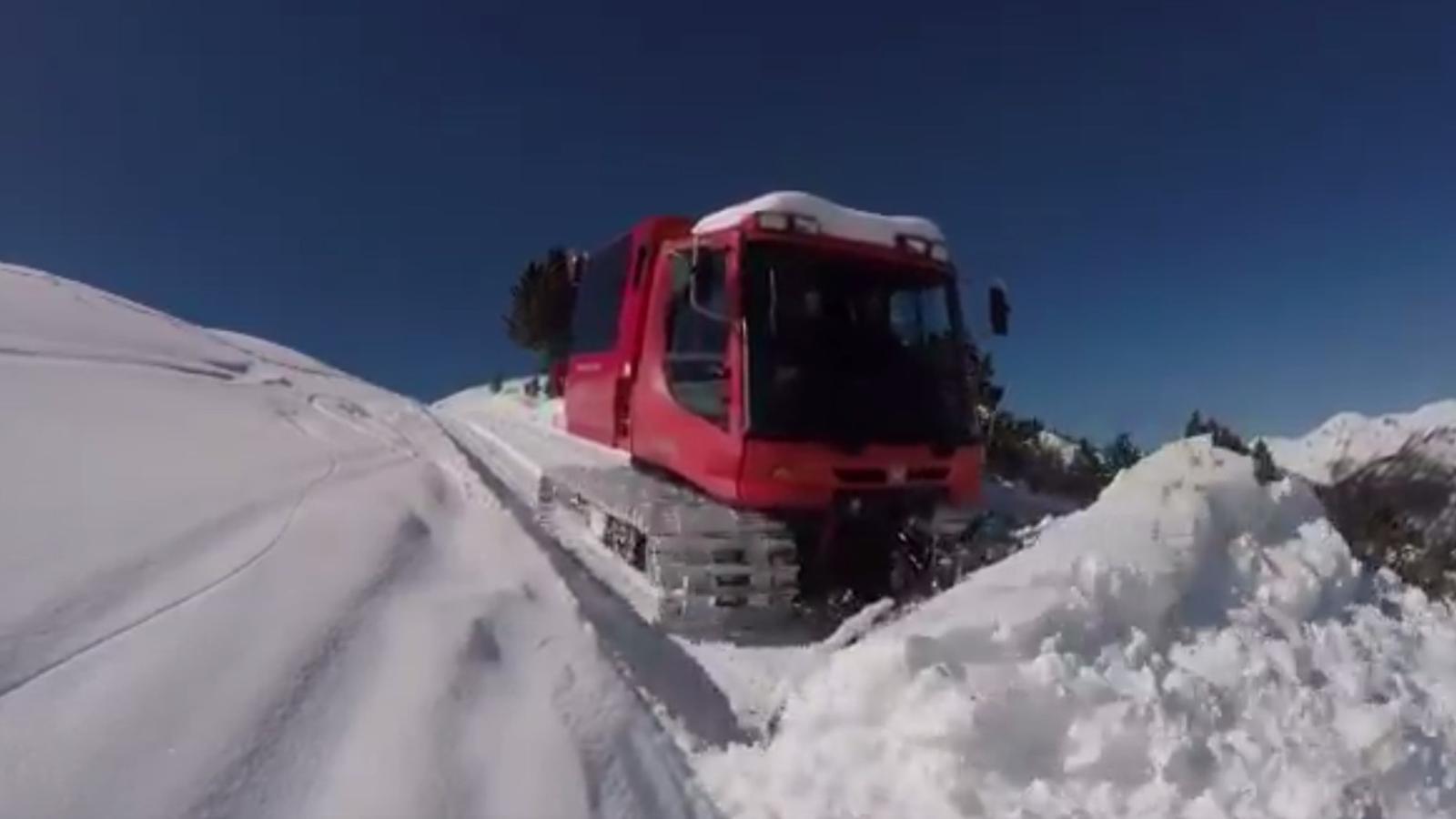 La màquina ratrac d'Andorra Telecom treballa de valent per arribar al cim del Carroi