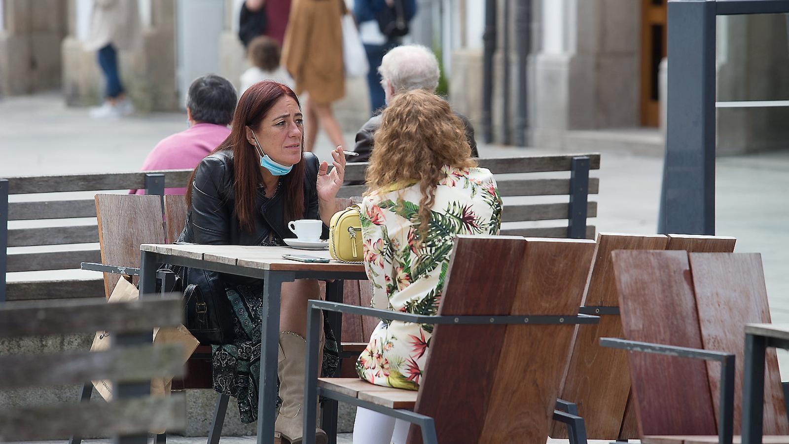 Un jutge anul·la a Madrid la prohibició de fumar al carrer sense distància de seguretat